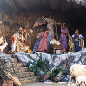 Vaticano: Menino Jesus chega ao presépio pelas mãos de um gendarme e um bombeiro