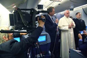 epa06464978 Greg Burke (L), Director of Holy See Press Office (L) speaks to journalist next to Pope Francis (C) and Mons. Mauricio Rueda delegate for the organization of papal journeys, aboard his flight to Italy at the end of the Apostolic Journey to South America, 22 January 2018.  Pope Francis' visit in Chile and Peru runs from 15 January to 22 January 2018.  EPA/LUCA ZENNARO / POOL