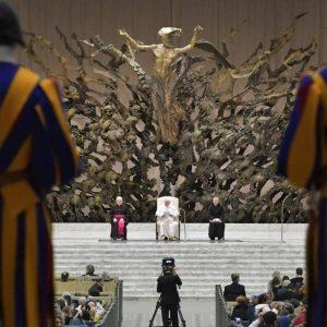 Papa diz que oração cristã é comunitária